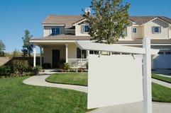Sinal em branco dos bens imobiliários & HOME nova Foto de Stock Royalty Free
