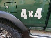 sinal 4x4 em um carro verde do cruzamento de Nissan Foto de Stock