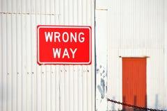 Sinal errado vermelho da maneira Fotografia de Stock Royalty Free