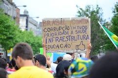 Sinal escrito à mão do protesto contra a corrupção em Brasil Foto de Stock Royalty Free