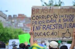 Sinal escrito à mão do protesto contra a corrupção em Brasil Imagens de Stock