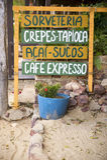 Sinal escrito à mão que anuncia o alimento de petiscos brasileiro Fotos de Stock