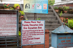 Sinal escrito à mão que pede para doar Imagens de Stock