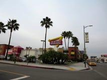 Sinal exterior e -n-para fora no restaurante do hamburguer perto de RELAXADO Foto de Stock