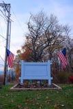 Sinal exterior vazio com bandeiras americanas Foto de Stock Royalty Free