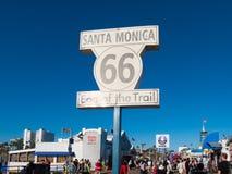 Sinal famoso de Route 66 em Santa Monica Pier Imagens de Stock Royalty Free