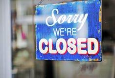 Sinal fechado azul na porta Fotografia de Stock