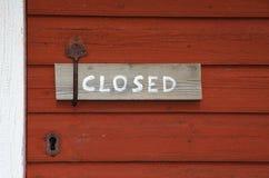 Sinal fechado em um puxador da porta velho Foto de Stock