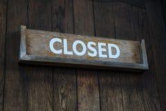 Sinal fechado em uma porta de madeira fotografia de stock