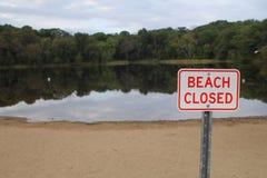 Sinal fechado praia imagens de stock
