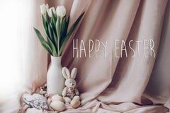 Sinal feliz do cartão do texto de easter em tulipas brancas à moda dentro Imagens de Stock Royalty Free