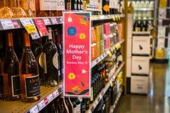 Sinal feliz do ` do dia do ` s da mãe do ` afixado na área de exposição do vinho fotografia de stock royalty free