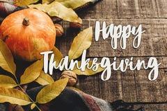 Sinal feliz do texto da ação de graças na abóbora de outono com folhas e w Imagem de Stock Royalty Free