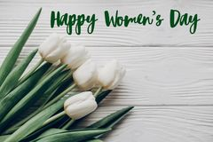 Sinal feliz do texto do dia do ` s das mulheres as tulipas brancas à moda em rústico cortejam Imagens de Stock