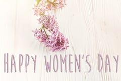 Sinal feliz do texto do dia do ` s das mulheres, cartão simples mola l liso Fotografia de Stock Royalty Free