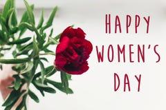 Sinal feliz do texto do dia do ` s das mulheres em peônias vermelhas bonitas no wo branco Fotos de Stock