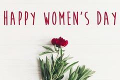 Sinal feliz do texto do dia do ` s das mulheres em peônias vermelhas bonitas no wo branco Foto de Stock Royalty Free