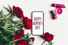 Sinal feliz do texto do dia do ` s das mulheres na tela vazia e no Beau do telefone esperto Fotografia de Stock Royalty Free
