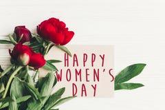 Sinal feliz do texto do dia do ` s das mulheres no cartão do ofício e no peon vermelho bonito Imagens de Stock Royalty Free