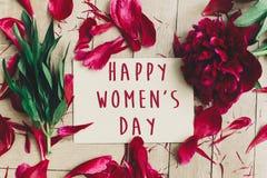 Sinal feliz do texto do dia do ` s das mulheres no cartão do ofício e no peon vermelho bonito Imagem de Stock Royalty Free