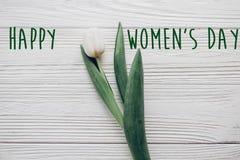 Sinal feliz do texto do dia do ` s das mulheres tulipa branca à moda no woode rústico Foto de Stock Royalty Free