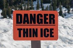 Sinal fino do gelo do perigo alaranjado Fotos de Stock Royalty Free