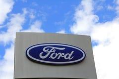 Sinal Ford contra o céu Fotografia de Stock Royalty Free