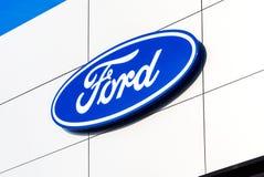 Sinal Ford do negócio no escritório do negociante oficial Imagem de Stock