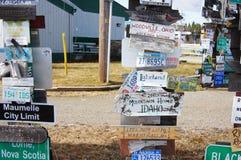 Sinal Forest Alaska Highway Watson Lake, Yukon, Canadá fotos de stock royalty free
