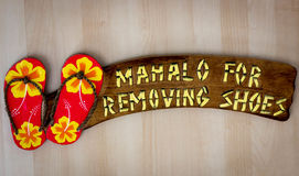 Sinal havaiano: Obrigado removendo suas sapatas - Mahalo imagens de stock royalty free