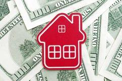 Sinal home vermelho em cem notas de dólar Foto de Stock Royalty Free