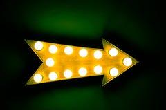 Sinal iluminado brilhante e colorido do vintage amarelo do metal da exposição da seta Imagens de Stock Royalty Free