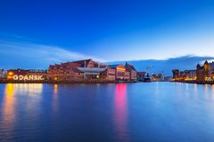 Sinal iluminado da cidade de Gdansk no rio de Motlawa imagens de stock