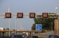 Sinal imperativo da velocidade acima da estrada A20 em Rotterdam, onde o controle da trilha medirá a velocidade imagens de stock royalty free