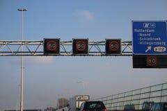 Sinal imperativo da velocidade na estrada A20 em Rotterdam foto de stock royalty free