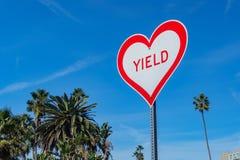 Sinal interessante da forma do coração com texto do rendimento no Laguna Beach imagem de stock royalty free