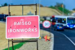 Sinal levantado dos Roadworks das indústrias siderúrgicas na estrada BRITÂNICA foto de stock