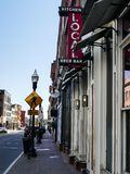 Sinal local da cerveja, da barra e da cozinha em Washington St em Norwalk foto de stock