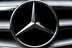 Sinal Mercedes-Benz do carro fotografia de stock royalty free