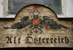 Sinal monárquico austríaco velho da loja foto de stock
