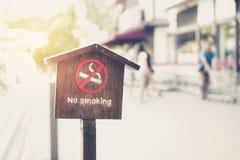 Sinal não fumadores de madeira na frente da loja com o filtro, raso Fotografia de Stock