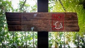 Sinal não fumadores em de madeira Imagens de Stock Royalty Free