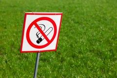 Sinal não fumadores na grama verde Imagens de Stock