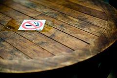 Sinal não fumadores na tabela Imagens de Stock Royalty Free