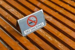 Sinal não fumadores na tabela de madeira Imagens de Stock