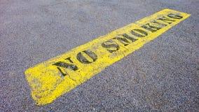 Sinal não fumadores no pavimento Fotografia de Stock