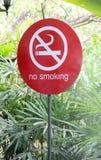 Sinal não fumadores vermelho no fundo da planta verde fotos de stock