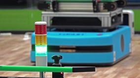 Sinal na fábrica esperta inteiramente automatizada que mostra o verde quando o veículo automatizado girar no fundo video estoque
