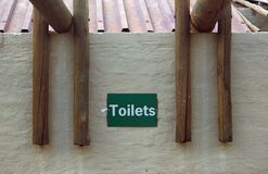 Sinal na parede que indica toaletes imagem de stock royalty free