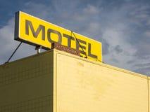 Sinal no telhado do motel fotografia de stock